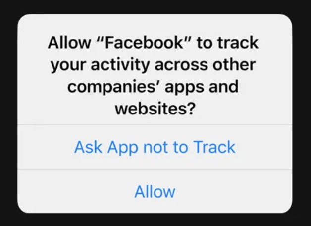 """Apple ha introdotto un nuovo sistema di gestione del monitoraggio delle app chiamato ATT, ovvero """"App Tracking Transparency"""".Questo sistema prevede un'approvazione assolutamente esplicita da parte dell'utente affinché le app possano tracciare e registrare le azioni di quest'ultimo. Approvazione che avviene attraverso un prompt."""